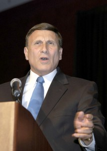Representative John Mica, chairman of the House Aviation Subcommittee, was the keynote speaker at WAI's closing banquet.