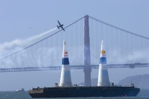 Mike Mangold completes a nearly perfect run, pushing him into the lead during the Red Bull Air Race finals.