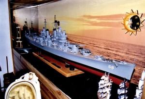 Extraordinary model ofa WWIIUSS battleship. Even the anchor and gun turrets move.