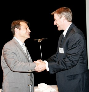 Erik Lindbergh (right) presents the Lindbergh Award to Peter Diamandis.
