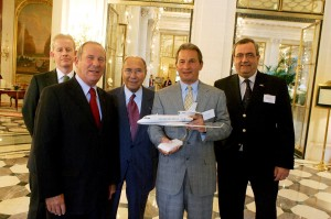 L to R: William Kelly, CEO, NetJets Transportes Aéreos; Charles Edelstenne; Serge Dassault, chairman and CEO, Dassault Group; Richard Santulli and Jean Rosanvallon display a model of the 7X.