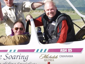 Between November 2002 and December 2004, Steve Fossett (right) and Terry Delore set 10 absolute world glider records (open class) for speed and distance. On this occasion, they set a world record in Argentina.