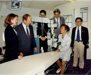 Al Ueltschi (second from left) praise the more than 350 ophthalmologists who donate time to Project ORBIS.